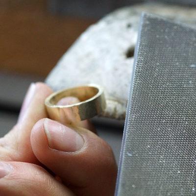Goldschmiedekurs-Trauringkurs-Eheringe-schmieden-feilen