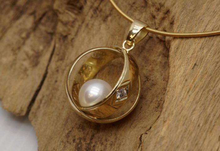 Umarbeitung13 Anhaenger aus zwei Eheringen mit Perle